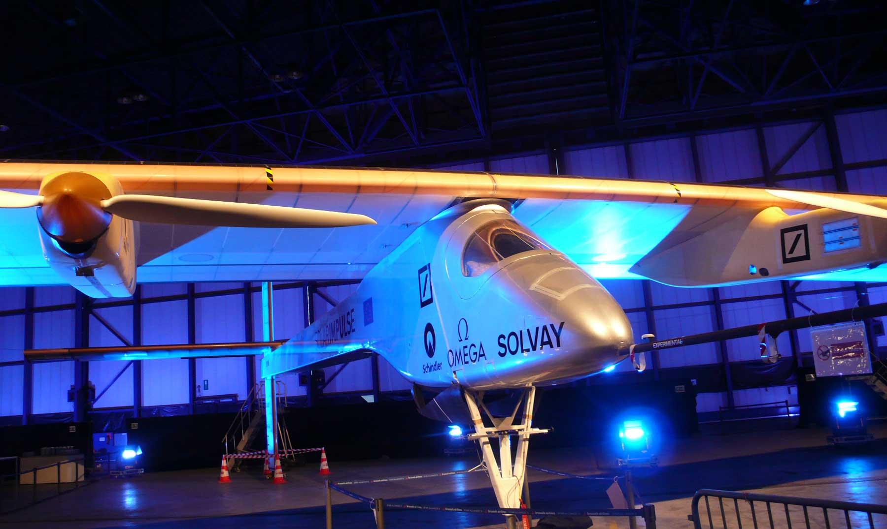 Avión solar ya cruza el océano